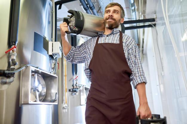 No brasil a cerveja armazenada sob pressão acabou recebendo o nome de chopp